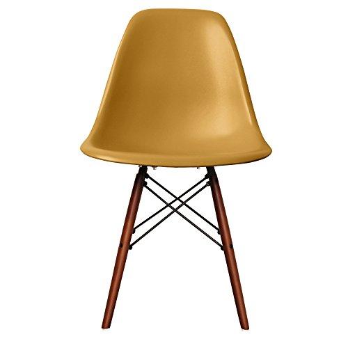 Retro-Stuhl, Kunststoff mit Holzbeinen, skandinavischer Stil, Beine aus Walnussholz, gold, H: 82cm W: 46cm D: 50cm. Seat Height: 44cm